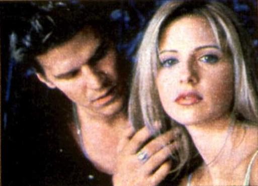 en guise de protection contre les vampires. Buffy est troublée. Méfiante, elle garde ses distances. Cependant, de toute évidence, Angel ne la laisse pas.